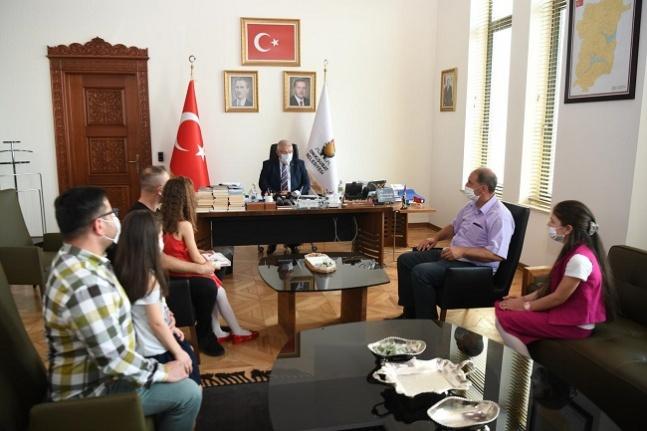 Başkan Mahçiçek, yarışmada kazananlara hediyelerini takdim etti