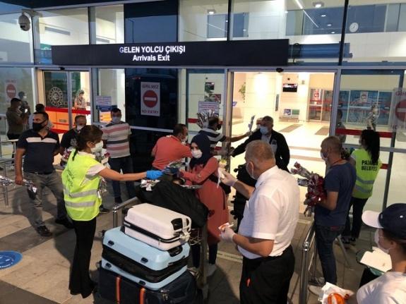 Yurt dışından ilk seferin yolcularına başkan Mahçiçek'ten jest