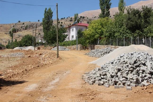 Büyükşehir Nurhak'ta yol çalışmalarına devam ediyor