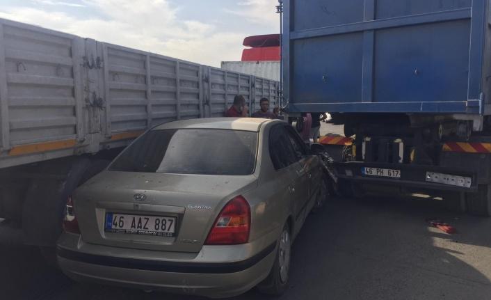 Otomobil kamyon ile tırın arasında kaldı