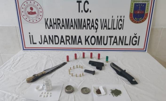 Jandarma otomobilde uyuşturucu ve ruhsatsız tabanca buldu