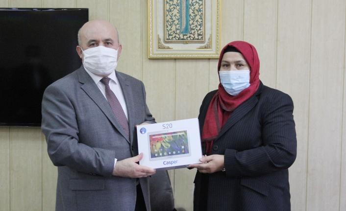 Kahramanmaraş Milletvekili Habibe Öçal'dan 75 Adet Tablet Bilgisayar Bağışı Yapıldı