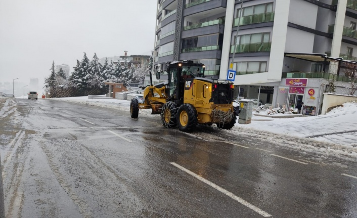 Onikişubat Belediyesi Ekipleri Karla Mücadele Ediyor