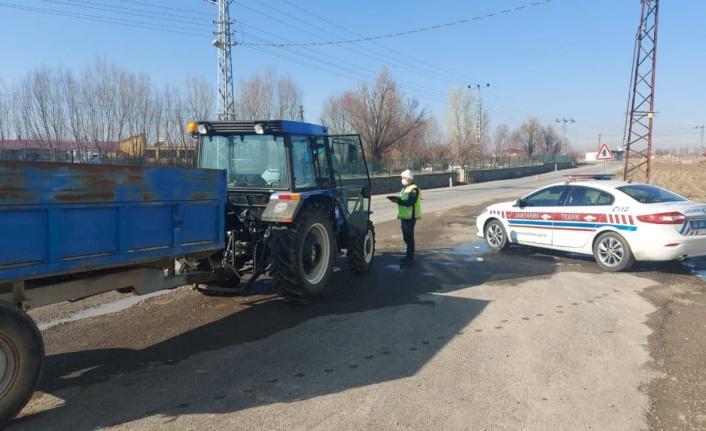Jandarma motosikleti ve traktörleri denetledi
