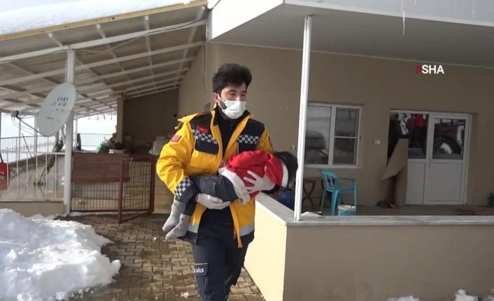 Kahramanmaraş'ta hastalanan Aylin bebeğe paletli ambulansla ulaştılar