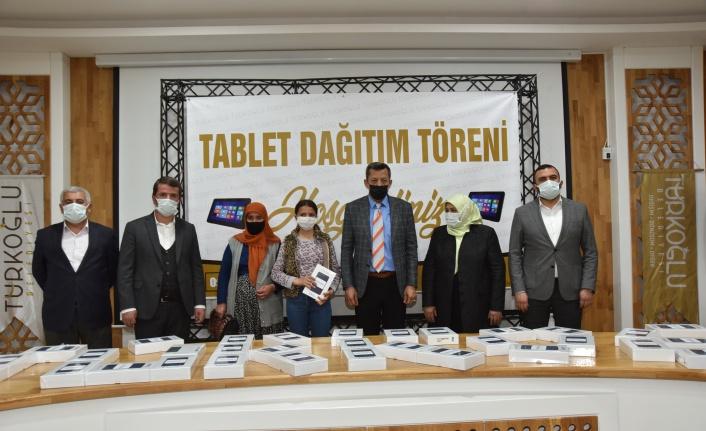 Türkoğlu Belediyesi, öğrencilere 200 adet tablet dağıtımı gerçekleştirildi