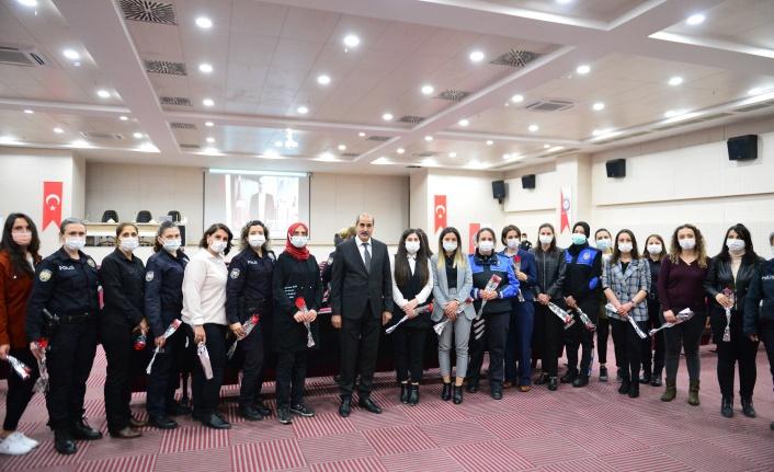 Emniyet Müdürü Cebeloğlu'ndan kadınlara karanfil