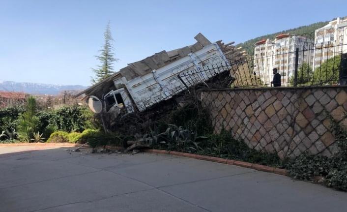 Freni patlayan kamyon istinat duvarına çarptı