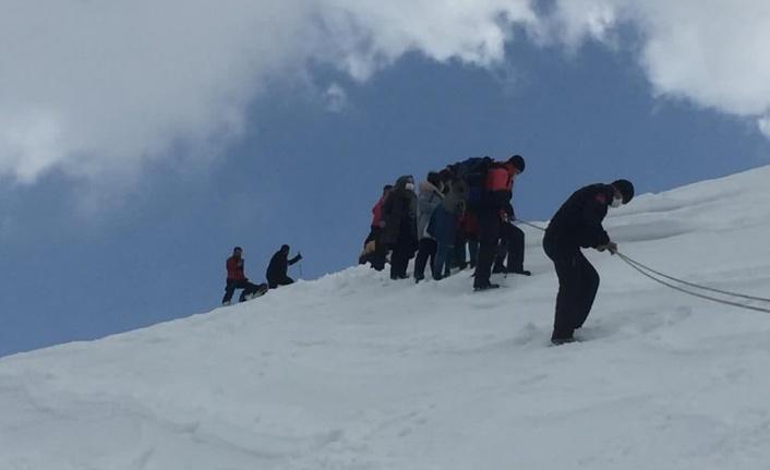 Karda mahsur kalan insanları jandarma ekipleri kurtardı