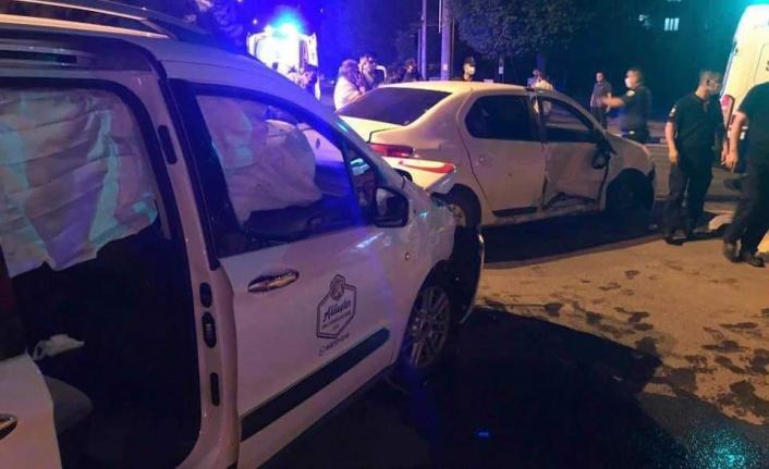 Kahramanmaraş'ta Hafif Ticari Araç İle Otomobil Çarpıştı: 4 Yaralı