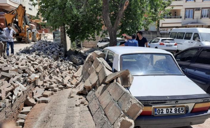 Pazarcık'ta İhata Duvarı Park Halindeki Otomobillerin Üzerine Yıkıldı