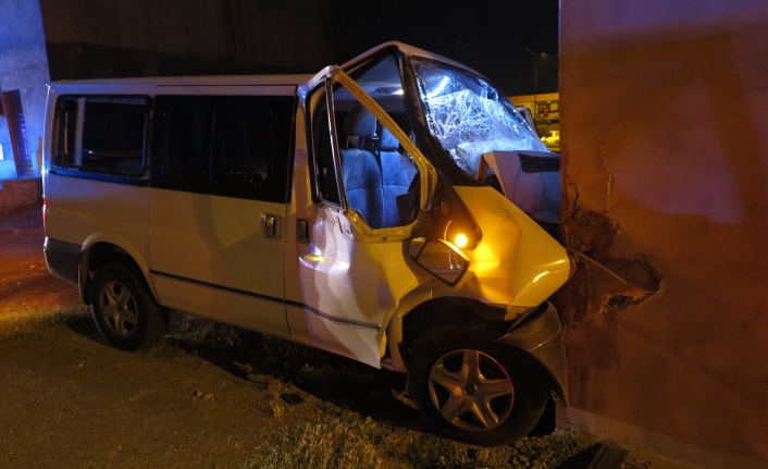 Kahramanmaraş'ta aracının kontrolünü kaybetti eve çarptı