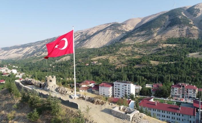 Çağlayancerit'e Dev Türk Bayrağı Dikildi