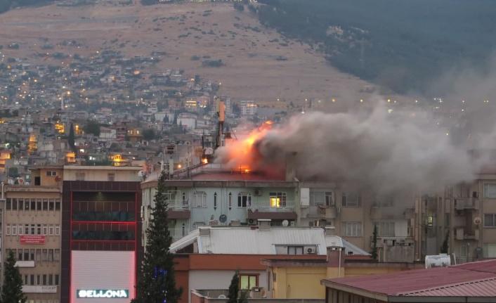 Kahramanmaraş'ta apartmanın çatı katı alev alev yandı
