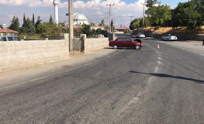 Virajı alamayan sürücü otomobiliyle duvara çarptı