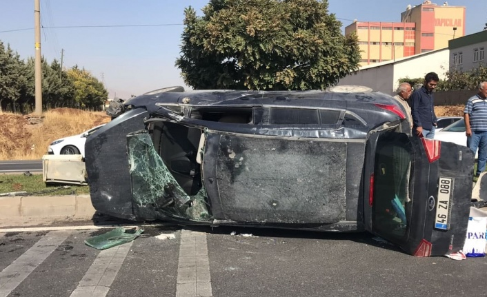 Otomobille çarpışan hafif ticari araç yan yattı: 5 yaralı