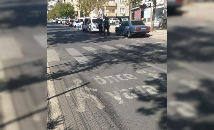 Yolun karşısına geçmek isteyen öğrenciye otomobil çarptı