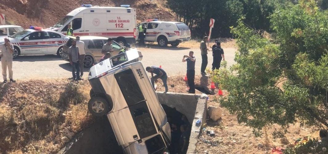 Adıyaman'da minibüs menfeze devrildi: 2 ölü, 5 yaralı