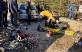 Otomobille çarpışan motosiklet sürücüsü ağır...