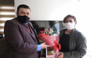 Sevgililer gününde kadın gazetecilere gül dağıttı