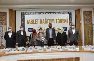 Türkoğlu Belediyesi, öğrencilere 200 adet tablet...