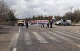 Trafik ekiplerinden sürücülere pankartlı uyarı