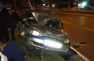 Kahramanmaraş'ta ağaca çarpan otomobil paramparça...