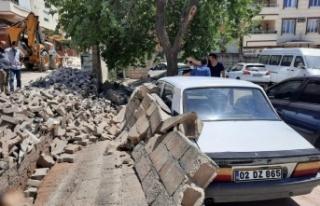 Pazarcık'ta İhata Duvarı Park Halindeki Otomobillerin...