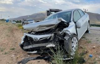 Kahramanmaraş'ta iki otomobil kafa kafaya çarpıştı:...