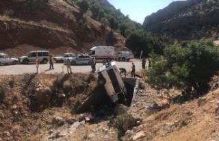 Adıyaman'da minibüs menfeze devrildi: 2 ölü,...