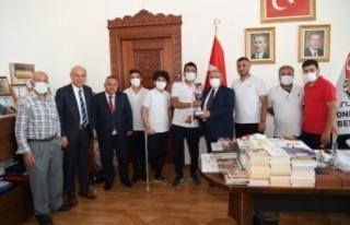 Başkan Mahçiçek'ten Ampute Sporculara Malzeme...