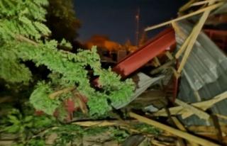 Kahramanmaraş'ta şiddetli rüzgar çatıları...
