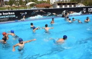 Elbistan'da ücretsiz yüzme kursuna büyük ilgi!