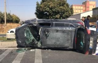 Otomobille çarpışan hafif ticari araç yan yattı:...