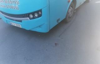 Yolun karşısına geçmek isteyen yayaya otobüs...