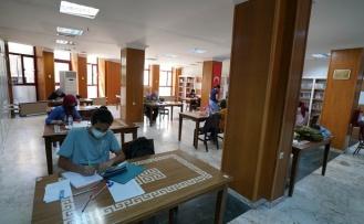 YKS'ye Büyükşehir Kütüphanelerinde Hazırlandılar