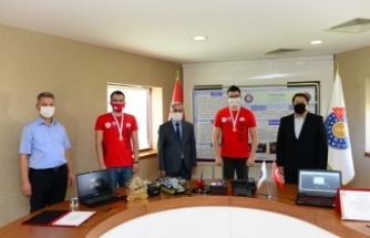 Rektör Can, Teknofest'te birinci olan proje ekibini ödüllendirdi