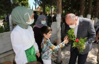 Vali Ömer Faruk Coşkun, Ramazan Bayram'ında Şehitlik Ziyaretinde Bulundu